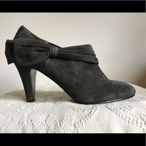 Faux suede heel with side bow